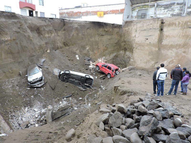 Tres vehículos cayeron en un hundimiento de unos 10 m de profundidad en Ambato.