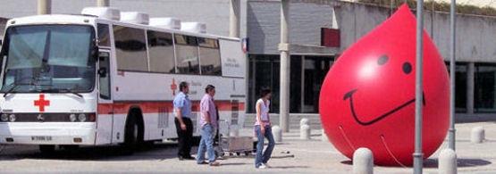 El autobús de la Cruz Roja llega a Villaviciosa