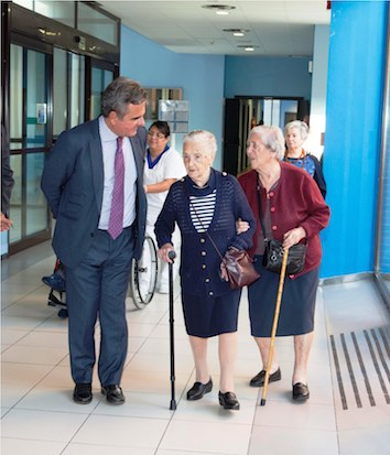 El alcalde visita a una de sus vecinas centenarias