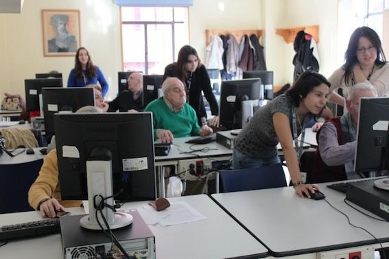 Los jóvenes enseñan a los mayores tecnología digital y redes sociales