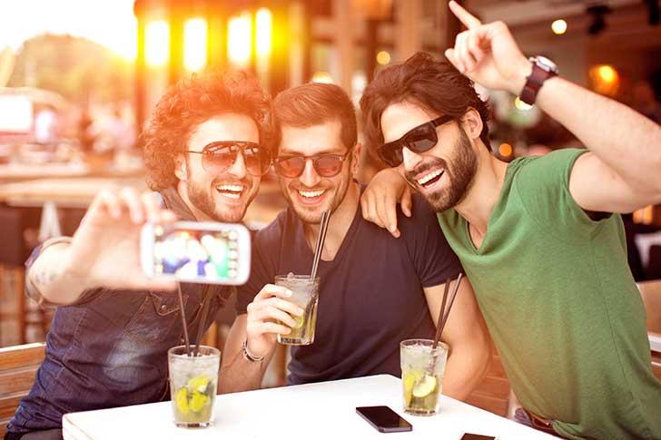 Los hombres heterosexuales tienden a sentir atracción hacia otros mientras beben alcohol
