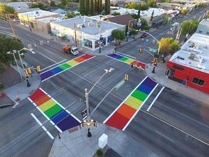 En Tucson pintan una calle para rendir homenaje a la igualdad