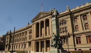 La Corte Suprema de Chile otorga el cuidado de dos niños a su padre, ahora en una relación con otro hombre