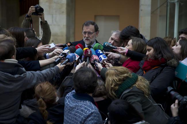Rajoy rechaza la iniciativa y su entorno alerta que el PP se sumiría en el caos sin su persona