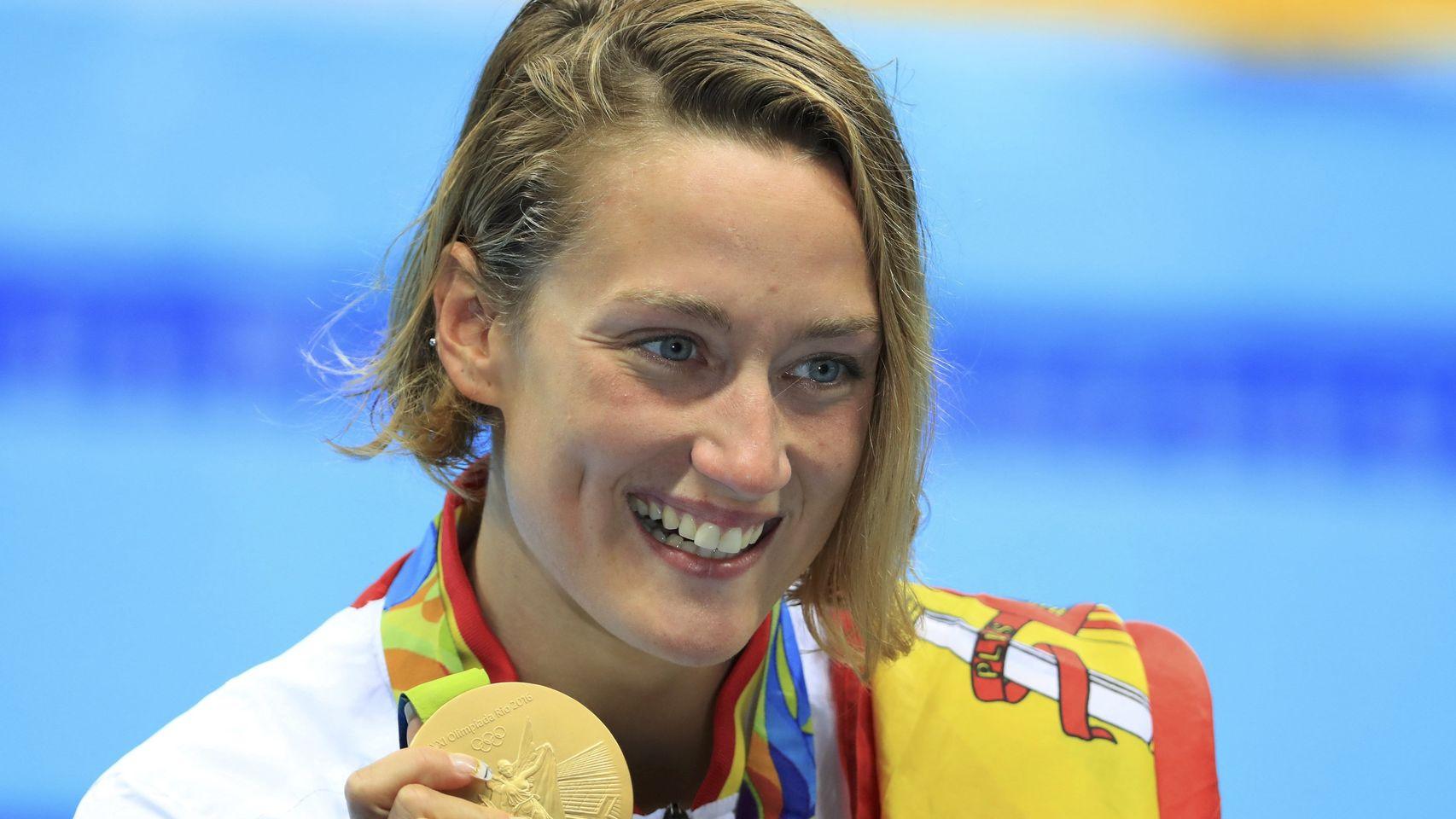 La catalana Mireia Belmonte celebra el oro luciendo orgullosa la bandera española