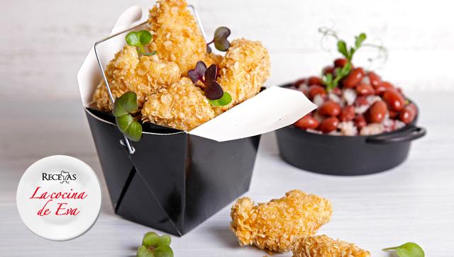 Pollo rebozado en avena, guarnición de arroz con frijoles y leche de coco