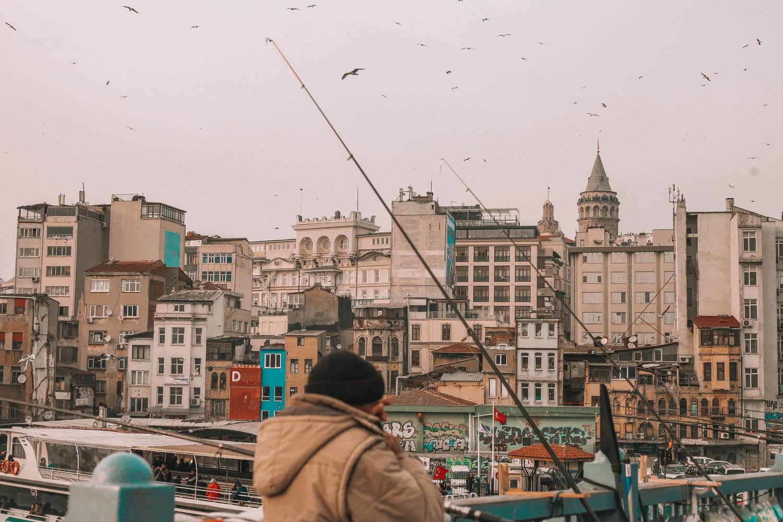 Pescadores lanzan la caña en el Puente del Bósforo