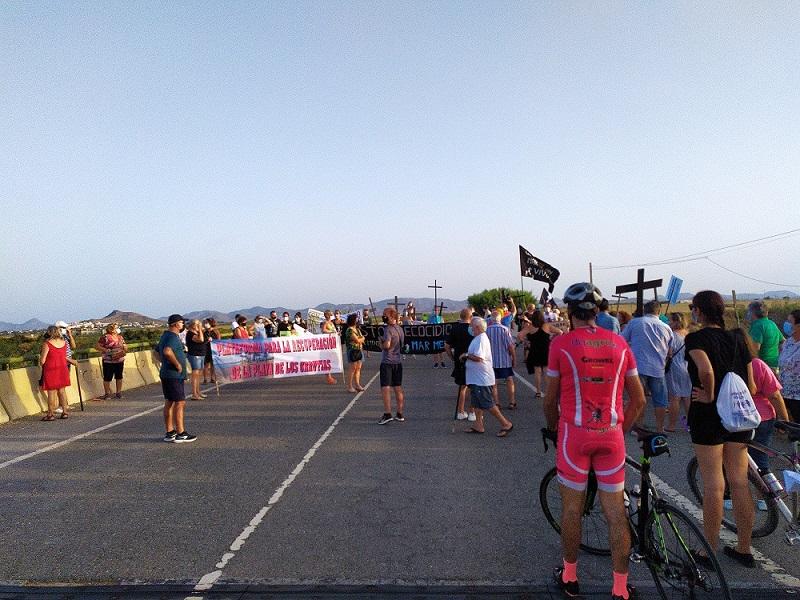 En Bahía Bella más de un centenar de personas manifestándose por el Mar Menor, incluso cortando la carretera exigen el cese de los vertidos