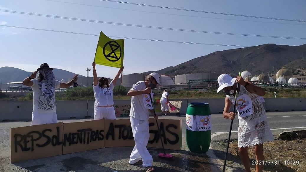 Acción XR en Cartagena en Valle de Escombreras, frente a Repsol, contra la importación de gas licuado y fracking
