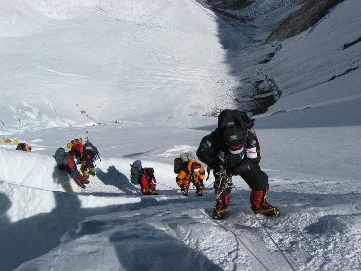Un nen de 12 anys aconsegueix fer cim a l'Everest.
