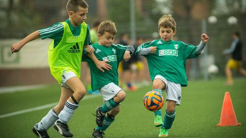 El fútbol para los niños.
