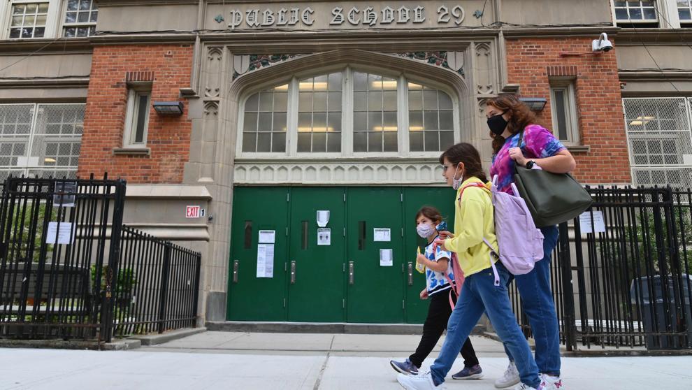 Nueva York vuelve a cerrar las escuelas públicas por el virus para indignación de las familias