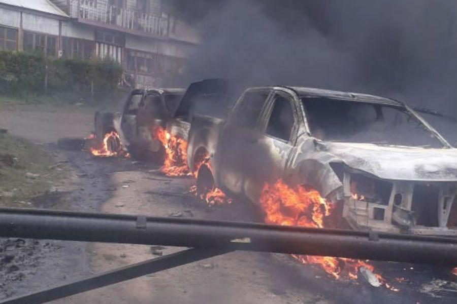 Desconocidos atacan y queman dos vehículos policiales en medio de un operativo en Contulmo: al menos tres uniformados resultan heridos