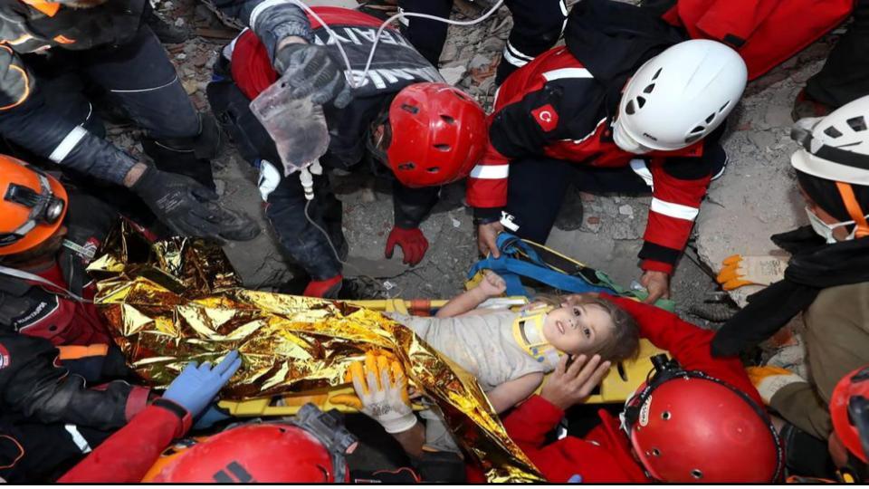 """Hemos asistido a un milagro"""": niña de 3 años es rescatada con vida 91 horas después del terremoto en Turquía"""