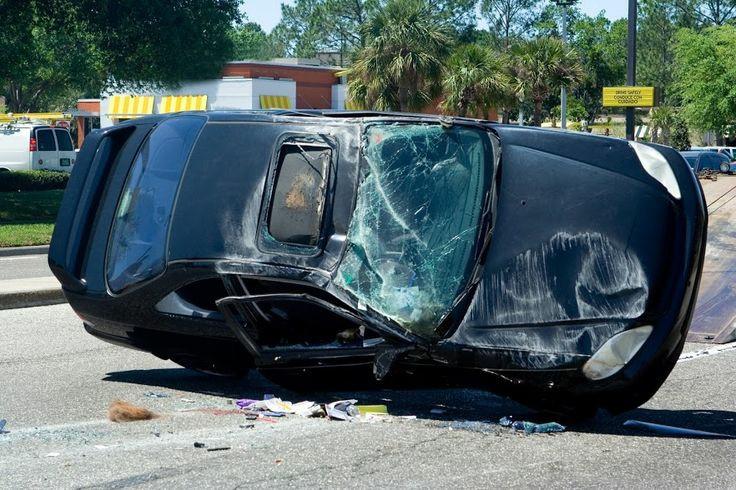 Accidente de vehículo deja a dos personas muertas y una grave.