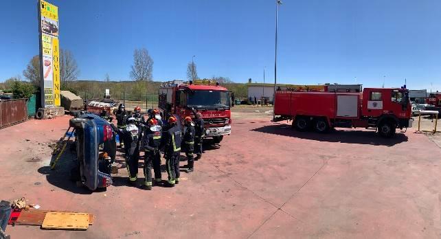 Bomberos de León realizan prácticas de excarcelación en vehículos, en Lorenzana.
