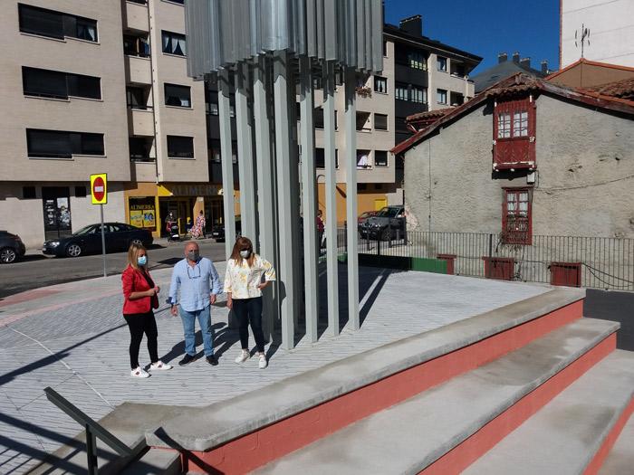 """Se inaugura """"el córner de Robleo"""", en La Pola, con diversidad de opiniones sobre su estética"""