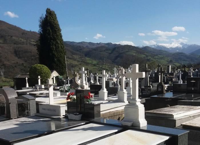 La falta de curas lleva a que las misas en los cementerios de Lena se prolonguen una semana