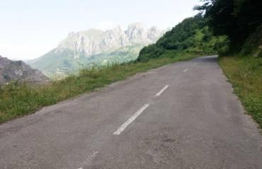 Turistas y aficionados a la bici se suman al clamor vecinal para que se repare la carretera de La Cubilla