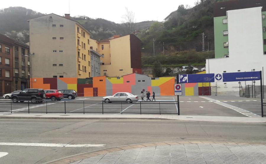 La cara y la cruz de los aparcamientos públicos en La Pola, a pocos metros