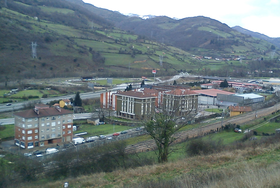 La construcción en La Pola, ni por el Norte ni por el Sur