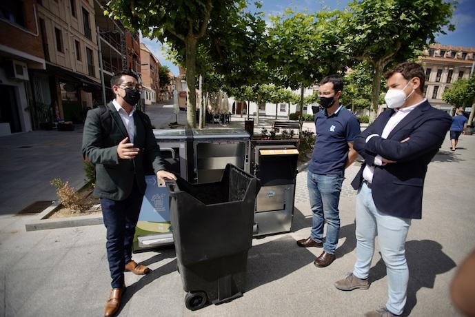 Papeleras inteligentes que prensan residuos con energía solar