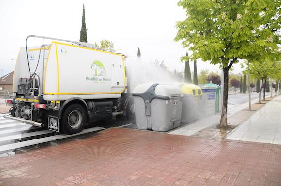 Boadilla desinfecta contenedores y marquesinas con solución hipoclorito