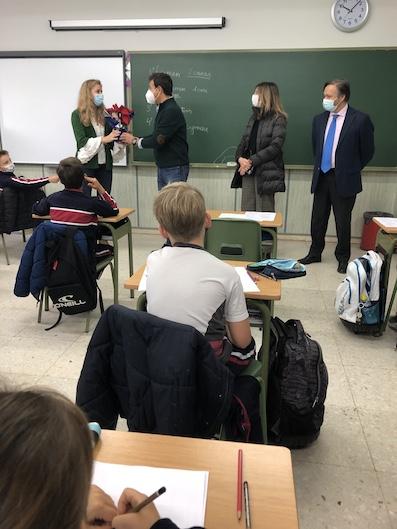 El Ayuntamiento de Las Rozas envía flores de pascua a sus profesores como reconocimiento por este curso