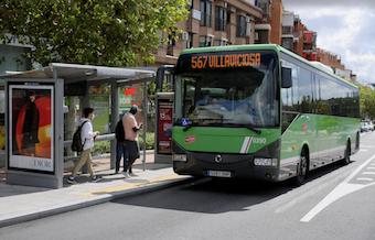 La línea de autobús 565 une Boadilla con la estación El Barrial de Pozuelo