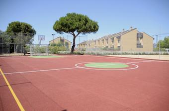 Nueva pista de fútbol sala y baloncesto en la calle Cabo de Peñas de Boadilla