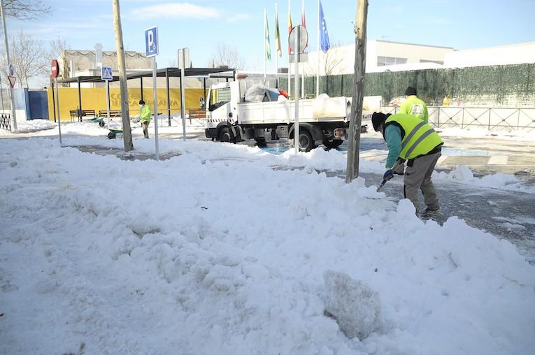 Boadilla trabaja en la retirada de nieve en los colegios