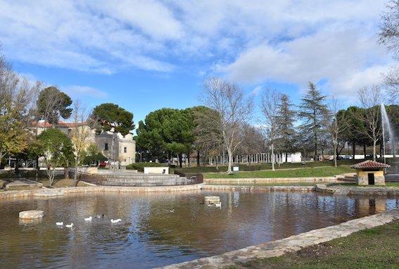 El estanque del parque de El Castillo en Villaviciosa reabre sin fugas y con nueva caseta de patos