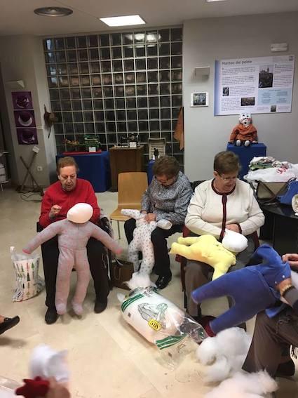 La Asociación La Poza enseña el Manteo del Pelele en los colegios