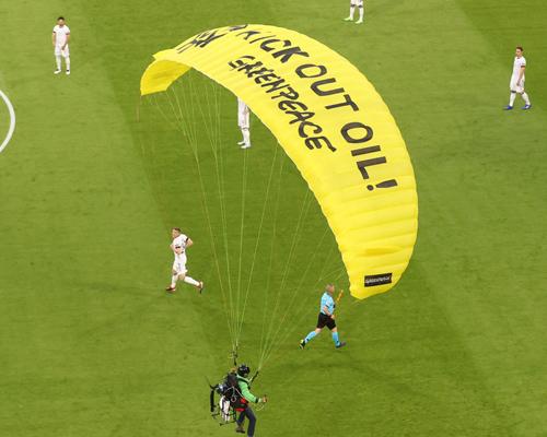Un activista de Greenpeace da el susto en la Eurocopa